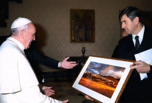 Pope Francis receives a gift: an Assisi Photo by Andrea Angelucci